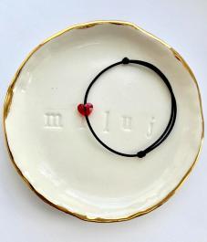 Náramok BY LEON.Y. - SWAROVSKI srdiečko červené - čierna šnúrka